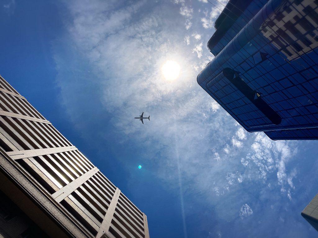 音が聞こえて空を見上げたら飛行機